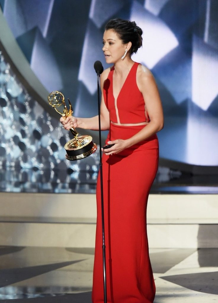 tatiana-maslany-wins-emmy-reads-speech-on-iphone-01