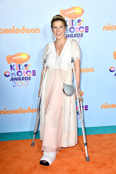 Jodie Sweetin, we sincerely hope you feel better, but crutches do not excuse coming to an award show in your grandmother's nightgown